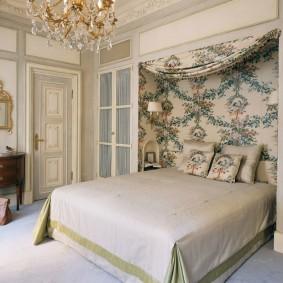 Широкая кровать в комнате городской квартиры