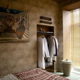 Открытый гардероб в нише стены спальной комнаты