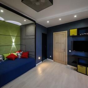 Светлый пол в комнате с синими стенами