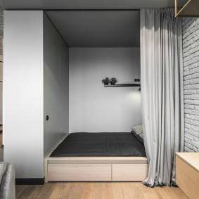 Плотная штора из серой ткани