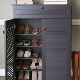 Серая обувница с решетчатыми дверками
