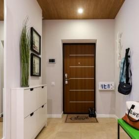 Узкая модель обувницы в коридоре квартиры