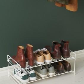 Миниатюрная обувница из металлической проволоки