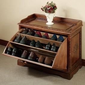Компактная обувница с тремя полками для повседневной обуви