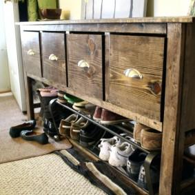 Деревянная обувница с вместительными ящиками для принадлежностей