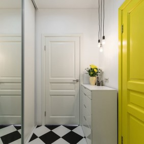 Желтая дверь в белой прихожей
