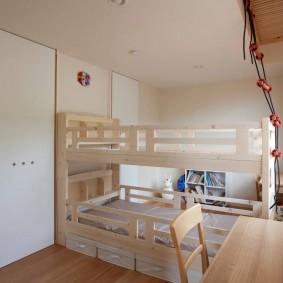 Интерьер узкой детской комнаты с двухъярусной кроватью