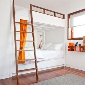Встроенная двухъярусная кровать с приставной лестницей
