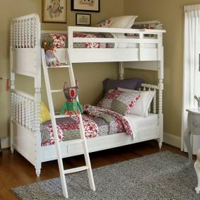 Белая кровать из массива дерева