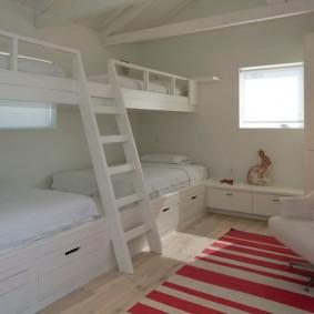 Полосатый коврик на полу комнаты