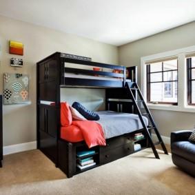 Черная кровать в комнате с белыми стенами