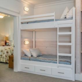 Встроенная мебель в комнате для девочек