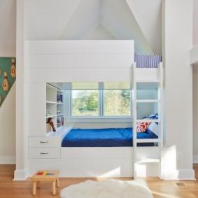 Синее одеяло на белой кровати