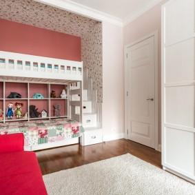 Двухъярусная кровать в спальне трехкомнатной квартиры