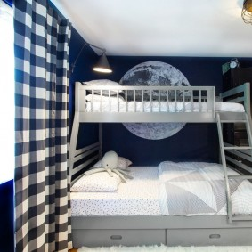 Занавески в клетку на окне детской спальни
