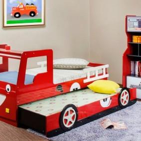 Детская кровать в виде машинки с выдвижным спальным местом