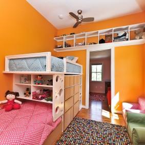 Яркие стены в комнате разновозрастных детей
