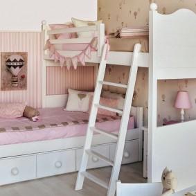Угловая кроватка в спальне девочек