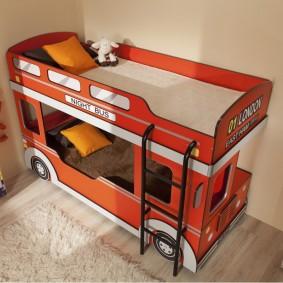 Двухъярусная кровать в форма автомобиля