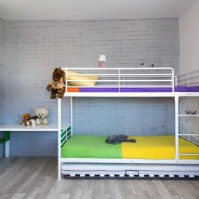 Двухъярусная кровать на металлическом каркасе для школьников