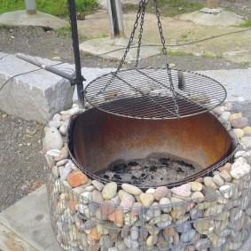 Мангал с ограждением из габиона с камнем
