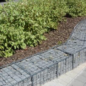 Садовая клумба из габинов с природным камнем