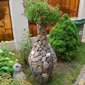 Садовая скульптура из габиона в виде кувшина