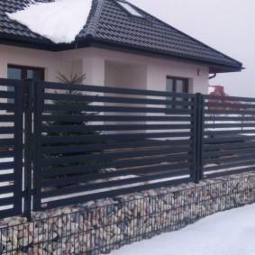 Комбинированный забор с цоколем из габионов