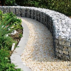 Пример удачного использования габионов в садовом ландшафте
