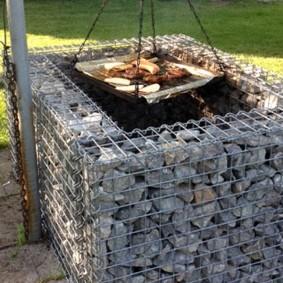 Садовый гриль из габиона с натуральным камнем