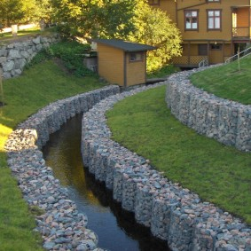 Оформление габионами ручья на загородном участке