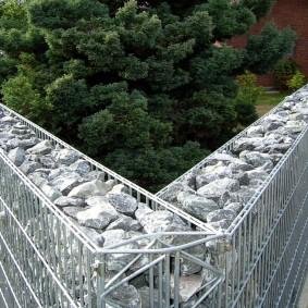 Прочный забор из габиона с острым углом