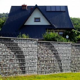 Высокий забор с каркасом из толстой проволоки