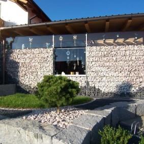 Стена из габинов в дачном домике