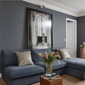 Угловой диван у серой стены гостиной