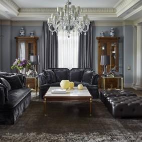 Большая люстра в гостиной классического стиля