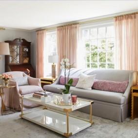 Розовые шторы в светлой комнате