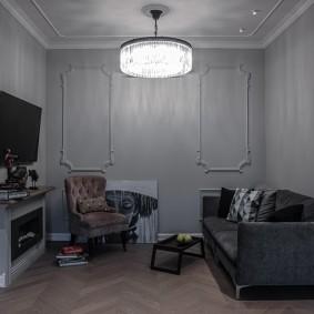 Маленькая комната с серыми стенами