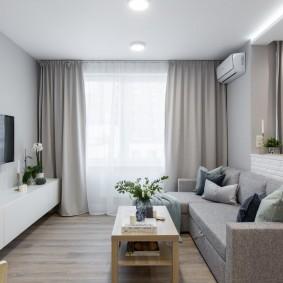 Небольшая комната с удобным диваном