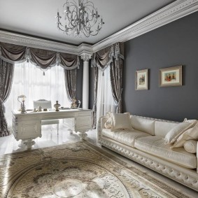 Классическая мебель в комнате с ламбрекеном