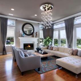 Большая гостиная с окнами в частном доме