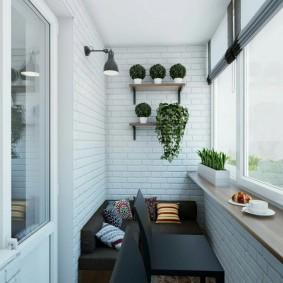 Отделка кирпичом стен на балконе