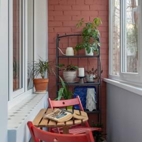Садовая мебель на благоустроенном балконе