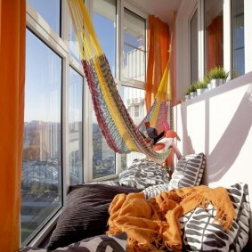 Гамак на застекленном балконе двухкомнатной квартиры
