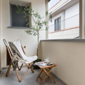 Деревянная мебель на балконе городской квартиры