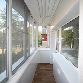 Узкий балкон с ламинированным полом