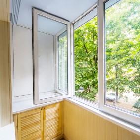 Открытая створка окна распашного типа