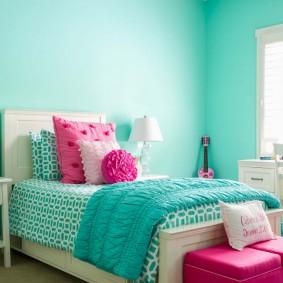 Бирюзовые стены в небольшой спальне
