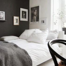 Серо-белая спальня в городской квартире