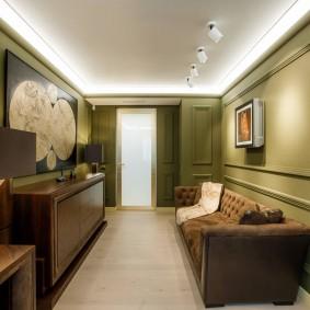 Длинная гостиная с диваном у стены